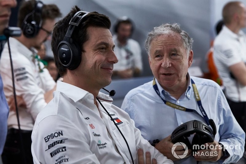 Toto Wolff, Executive Director (Business), Mercedes AMG, guarda le Qualifiche con Jean Todt, President, FIA