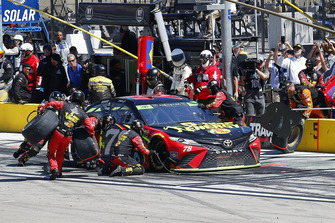 Martin Truex Jr., Furniture Row Racing, Toyota Camry 5-hour ENERGY pit stop