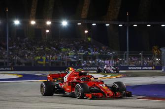 Kimi Raikkonen, Ferrari SF71H, precede Daniel Ricciardo, Red Bull Racing RB14