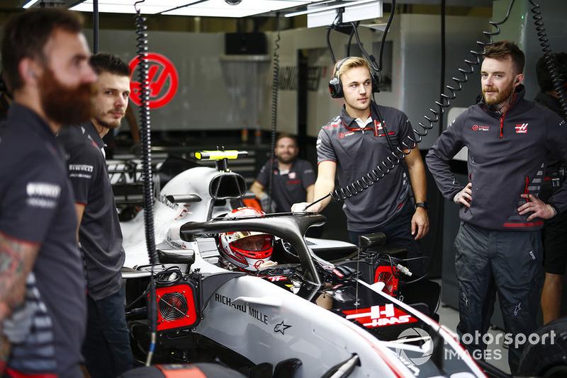 Kevin Magnussen, Haas F1 Team, dans le garage