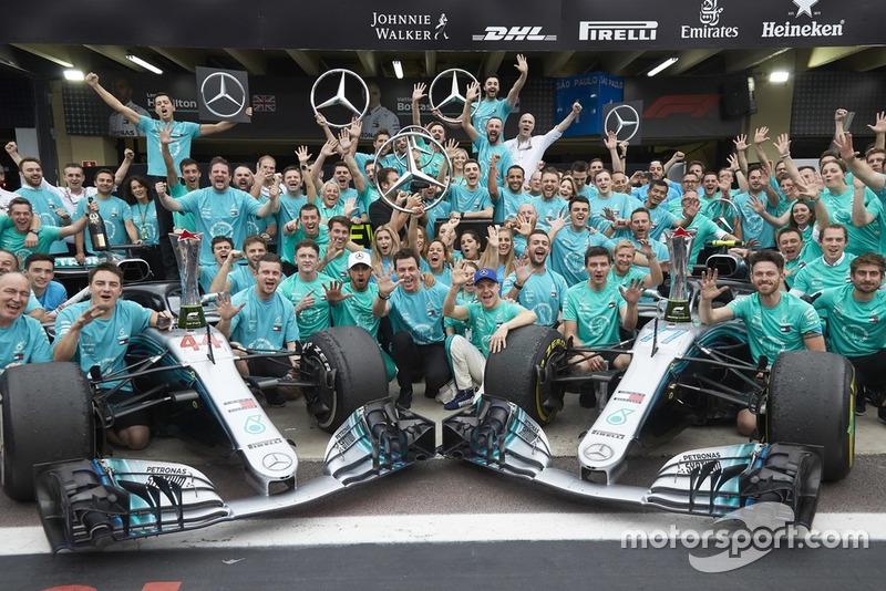 Льюіс Хемілтон, Валттері Боттас, Тото Вольфф і вся команда Mercedes AMG F1