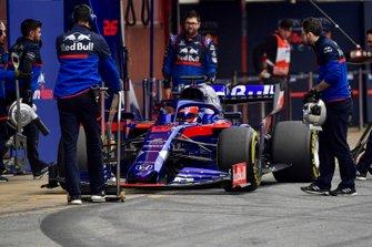 Daniil Kvyat, Toro Roso STR14, makes a pit stop
