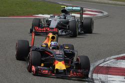Daniel Ricciardo, Red Bull Racing RB12 et Nico Rosberg, Mercedes AMG F1 Team W07