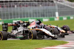 Серхио Перес, Sahara Force India F1 VJM09 и Даниил Квят, Scuderia Toro Rosso STR11 - борьба за позиц