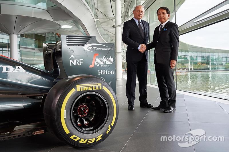 庄司哲也(NTTコミュニケーションズ代表取締役社長)とロン・デニス(Chairman and CEO, McLaren Technology Group)