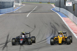 Jenson Button, McLaren MP4-31 ve Jolyon Palmer, Renault Sport F1 Team RS16