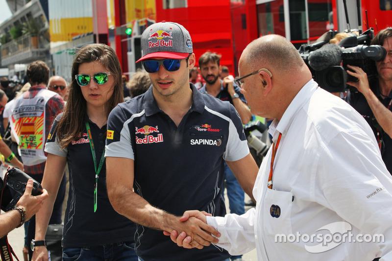 Carlos Sainz Jr, Scuderia Toro Rosso con Tabatha Valles, Scuderia Toro Rosso Press Officer, e Pat Behar, FIA Delegate