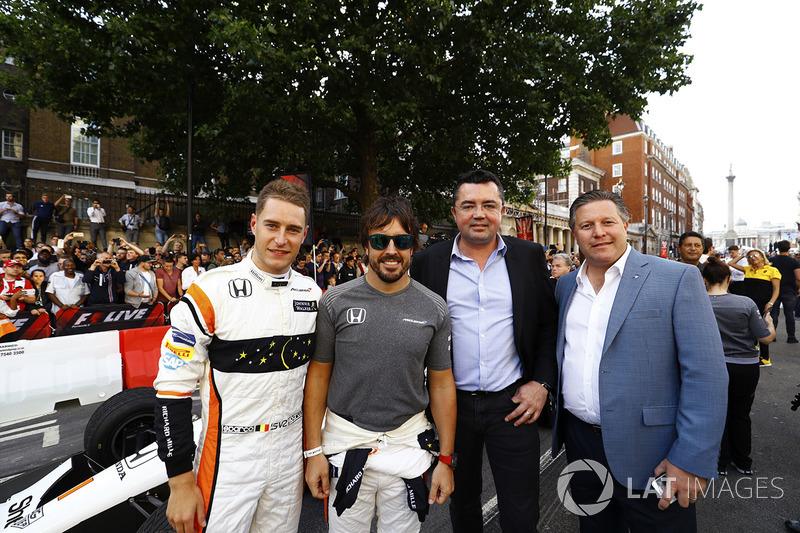 Групове фото McLaren: Стоффель Вандорн, Фернандо Алонсо, гоночний директор Ерік Бульє та виконавчий директор Зак Браун