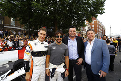 Stoffel Vandoorne, McLaren, Fernando Alonso, McLaren, Eric Boullier, Yarış Direktörü, McLaren, Zak Brown, CEO, McLaren Technology Group