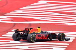 Max Verstappen, Red Bull Racing RB13, broken suspension on lap one