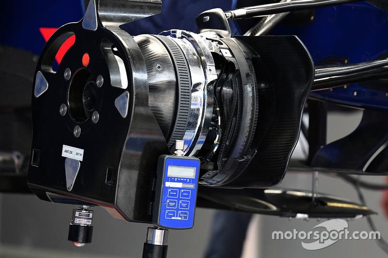 红牛二队STR12赛车前轮制动细节图