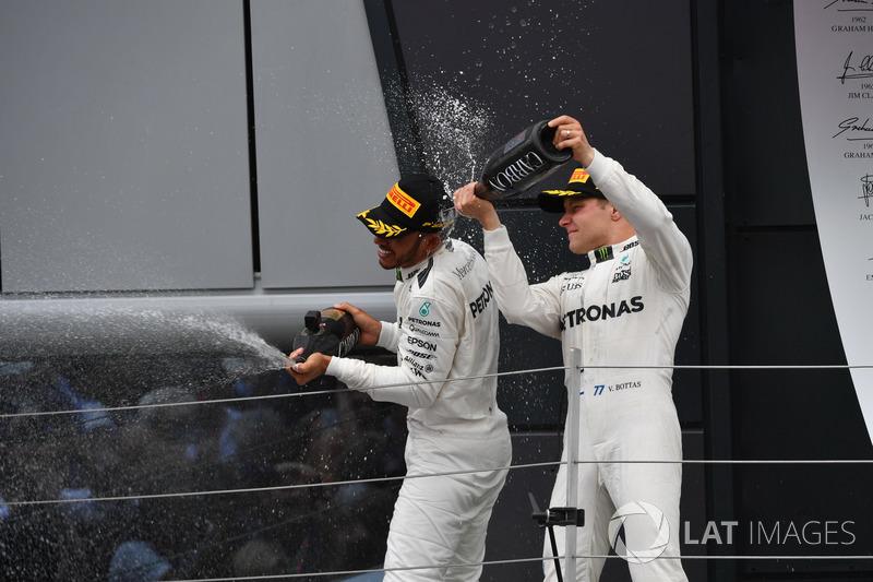 Ganador de la carrera Lewis Hamilton, Mercedes AMG F1 y Valtteri Bottas, Mercedes AMG F1 celebran en el podio