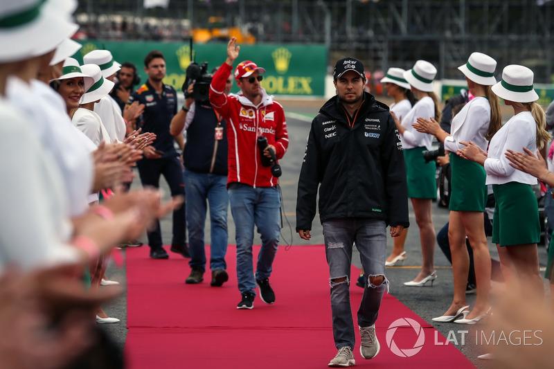 Sergio Pérez, Sahara Force India y Sebastian Vettel, Ferrari en el desfile de pilotos