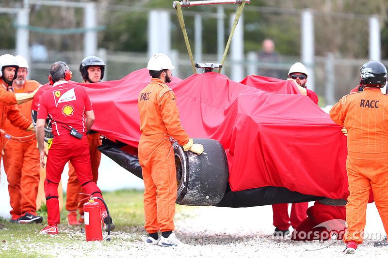 Kimi Raikkonen, Ferrari SF70H después del choque