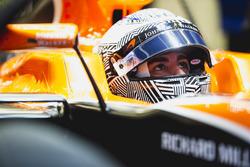 Fernando Alonso, McLaren, dans son cockpit avec la visière levée