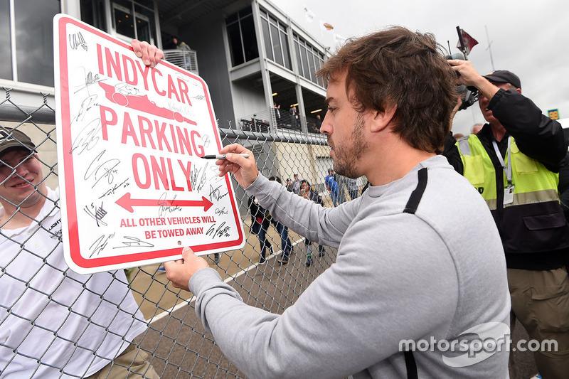 Fernando Alonso memberikan tanda tangan kepada fans