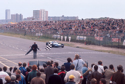Jackie Stewart, Matra MS80 Ford sous le drapeau à damier