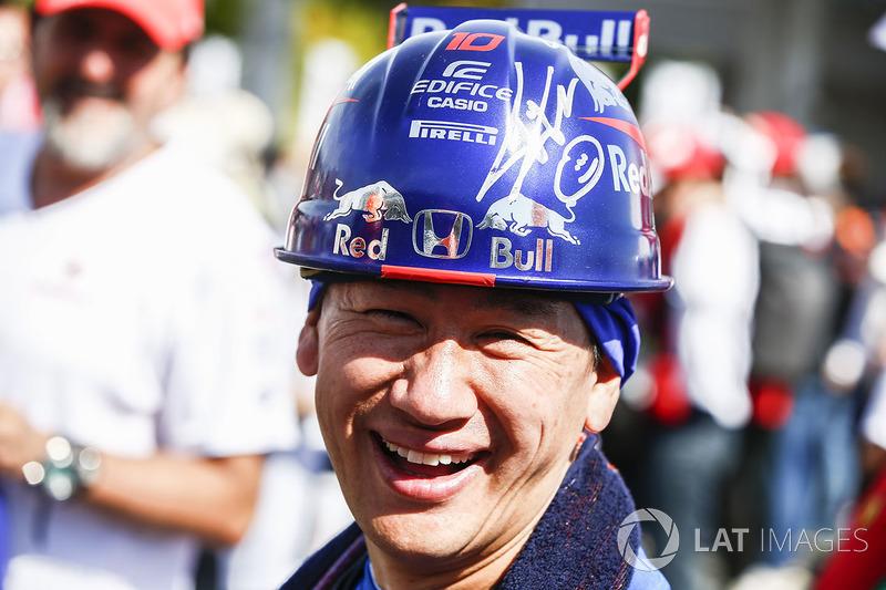 Fã da Scuderia Toro Rosso e seu capacete