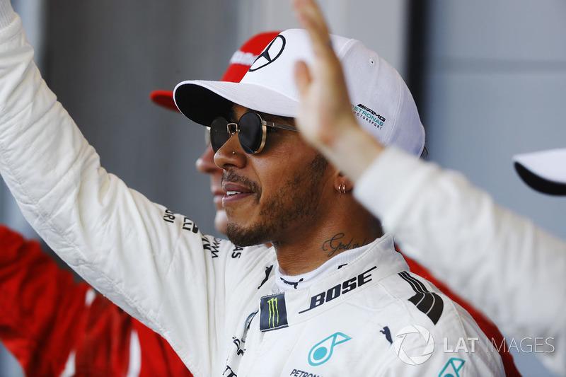 Lewis Hamilton, Mercedes AMG F1, feiert seinen Pole-Position neben Kimi Raikkonen, Ferrari, Valtteri Bottas, Mercedes AMG F1