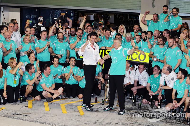Toto Wolff, Mercedes AMG F1 accionista y Director Ejecutivo de Thomas Weber, miembro del Consejo de dirección de Daimler AG celebra con el equipo
