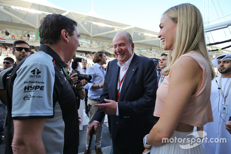Ex rey Juan Carlos con Carmen Jordá, piloto de desarrollo de Renault Sport F1 Team y Steve Curnow, Sahara Force India F1 Team Director comercial