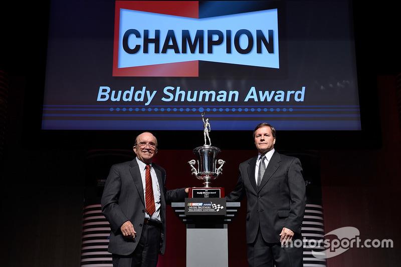 Tim Nelson, Director de Motorsports, Federal-Mogul Motorparts, y Jack Roush, Roush Fenway Racing, posan con el Premio Buddy Shuman durante el almuerzo NMCAR Premios Premios Myers de NASCAR
