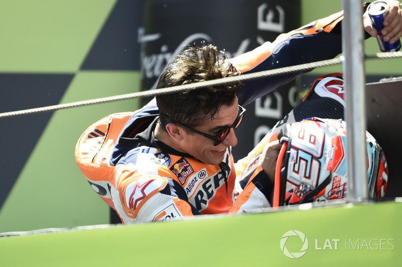 Une dernière chute, volontaire cette fois sur le podium, pour un Márquez plein d'auto-dérision