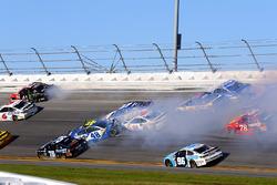 Jimmie Johnson, Hendrick Motorsports Chevrolet, Clint Bowyer, Stewart-Haas Racing Ford and Chris Buescher, JTG Daugherty Racing Chevrolet crash