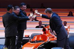 Старший директор Honda Юсуке Хасегава, исполнительный директор McLaren Technology Group Зак Браун, гоночный директор McLaren Эрик Булье и телеведущий Саймон Лэзенби на презентации автомобиля MCL32