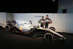 سيرجيو بيريز وإستيبان أوكون بجانب سيارة فورس إنديا في.جاي.إم10