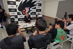 Jenson Button, Team Mugen met de media