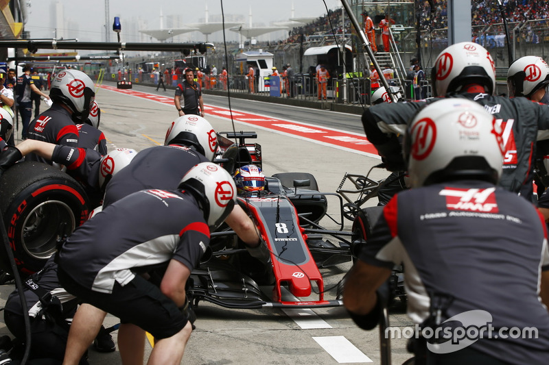Romain Grosjean, Haas F1 Team VF-17, makes a pit stop during Qualifying