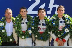 Подіум LMP2: переможці Хопін Тун, Олівер Джарвіс, Тома Лоран, DC Racing