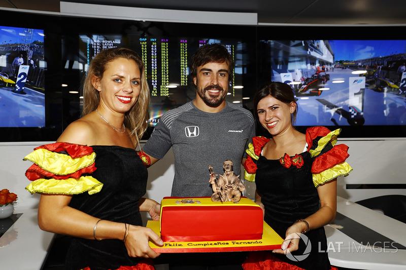 Fernando Alonso, McLaren, celebra su cumpleaños 36 con un pastel