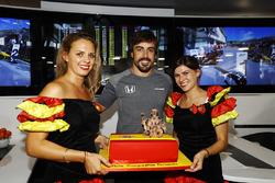 Фернандо Алонсо, McLaren, який святкує свій 36-й день народження, зі святковим тортом
