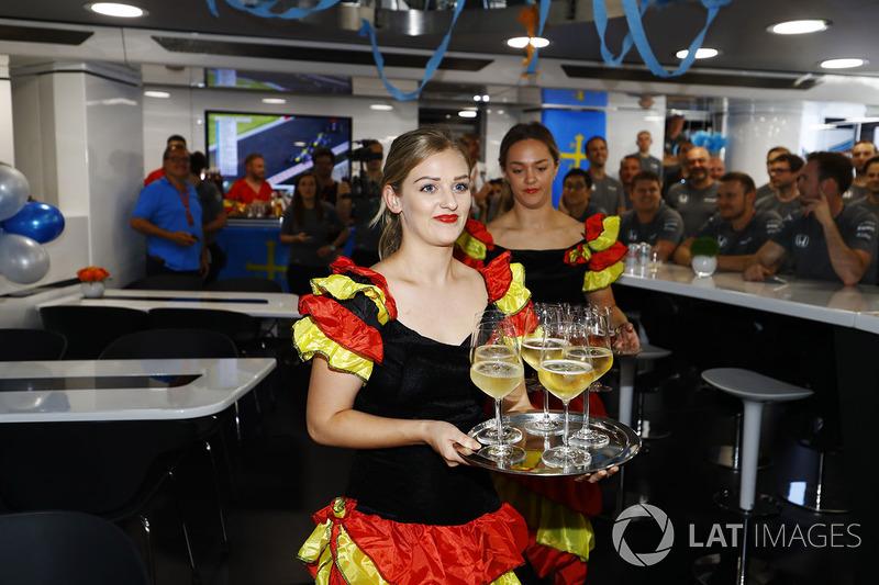 Дівчата, одягнені у спідниці для фламенко, готують напої для святкування дня народження  Фернандо Алонсо, McLaren