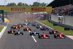 Sebastian Vettel, Ferrari SF70-H vor Kimi Raikkonen, Ferrari SF70-H am Start