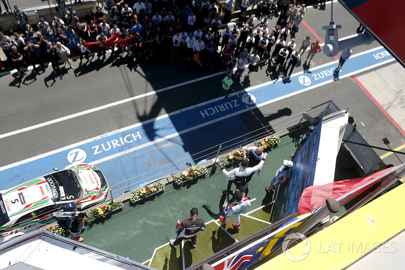 Podium Race 1: Race winner Thed Björk, Polestar Cyan Racing, Volvo S60 Polestar TC1, second place Me