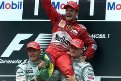 Podio: ganador de la carrera Rubens Barrichello, Ferrari, segundo lugar Mika Hakkinen, McLaren Mercedes, tercer lugar David Coulthard, McLaren Mercedes