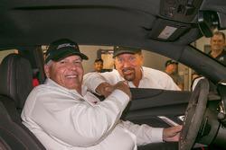 Rick Hendrick mit dem 1. Chevrolet Camaro ZL1 1LE