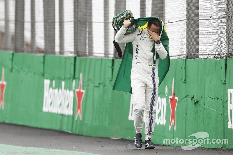 30: Феліпе Масса, Williams, повертається до боксів із сльозами та бразильським прапором після аварії