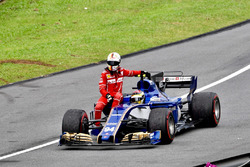 Pascal Wehrlein, Sauber C36 prend Sebastian Vettel, Ferrari en stop