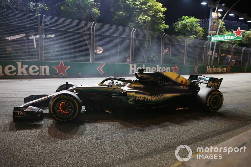 Lewis Hamilton, Mercedes AMG F1 W09 EQ Power+, con il disco del freno incandescente
