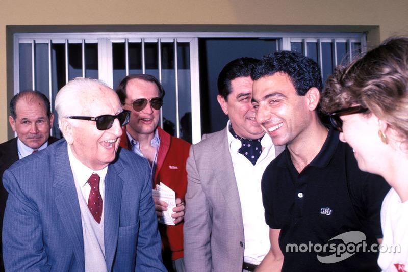 Modena 1986, Enzo Ferrari, Michele Alboreto, Ferrari con su esposa Nadia, durante el desfile de veteranos de Mille Miglia en la fábrica Scaglietti
