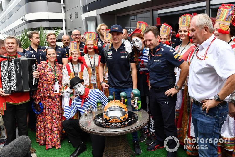 Макс Ферстаппен, Red Bull Racing, святкує день народження з Крістіаном Хорнером, керівником Red Bull Racing, д-р Гельмутом Марко, радником Red Bull