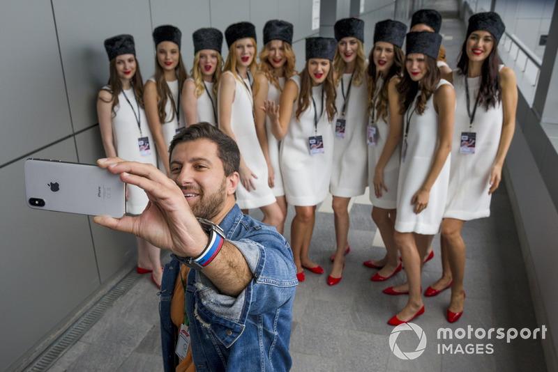 Grid girl con il blogger Amiran Sardarov