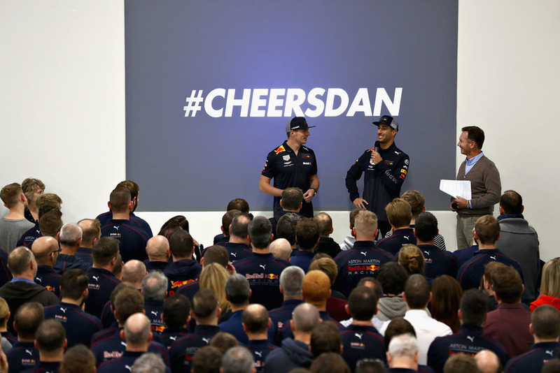 Max Verstappen, Red Bull Racing, Daniel Ricciardo, Red Bull Racing et le team principal de Red Bull Racing Christian Horner parlent à l'équipe