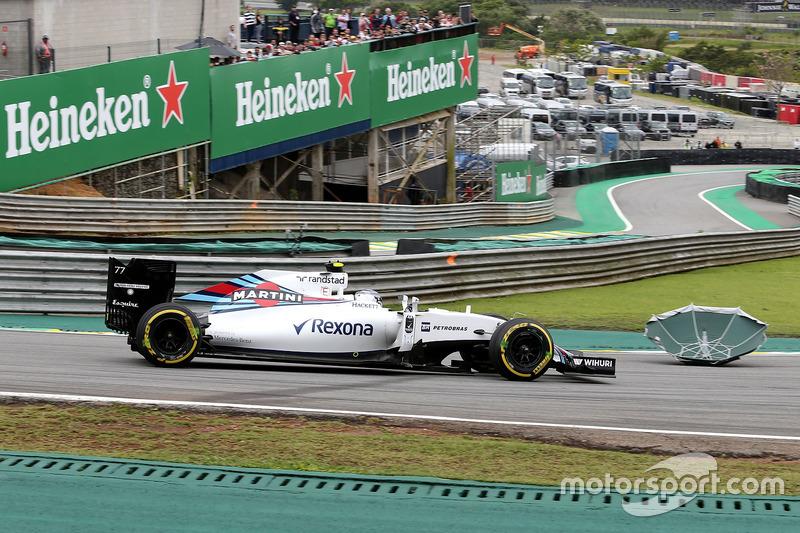 Valtteri Bottas, Williams FW38, fährt an einem Regenschirm vorbei