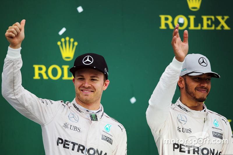 Подіум (зліва направо): друге місце Ніко Росберга, Mercedes AMG F1, разом із товаришем по команді та переможецнм гонки Льюїсом Хемілтона, Mercedes AMG F1