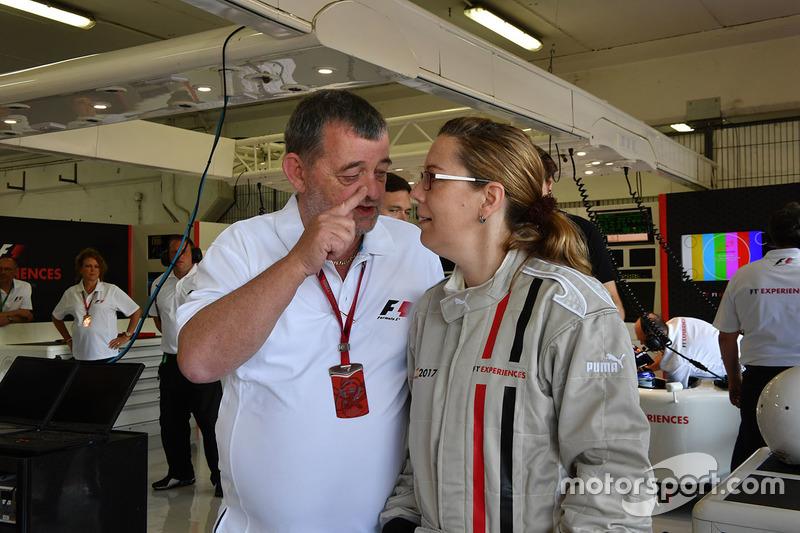 Пассажир двухместного автомобиля F1 Experiences и Пол Стоддарт